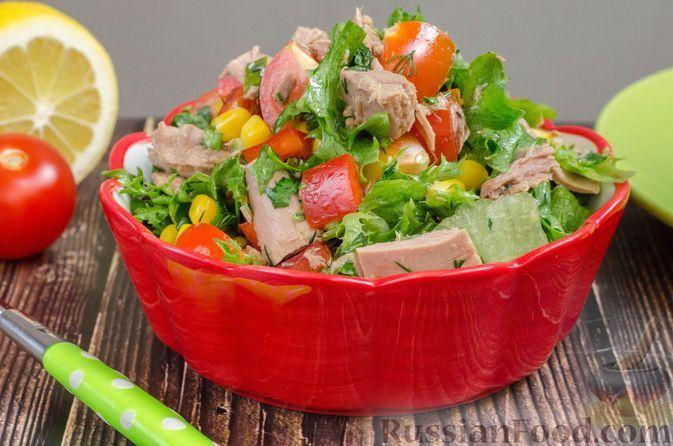 Фото к рецепту: Салат с тунцом, помидорами, кукурузой и болгарским перцем
