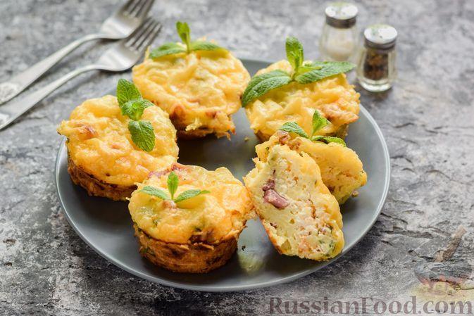 Фото к рецепту: Закусочные маффины из вермишели, с ветчиной и сыром