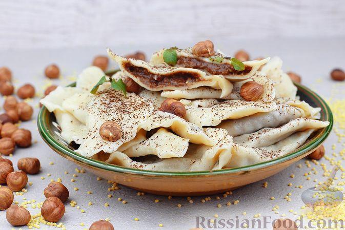 Фото к рецепту: Вареники с пшённой кашей, шоколадом и орехами