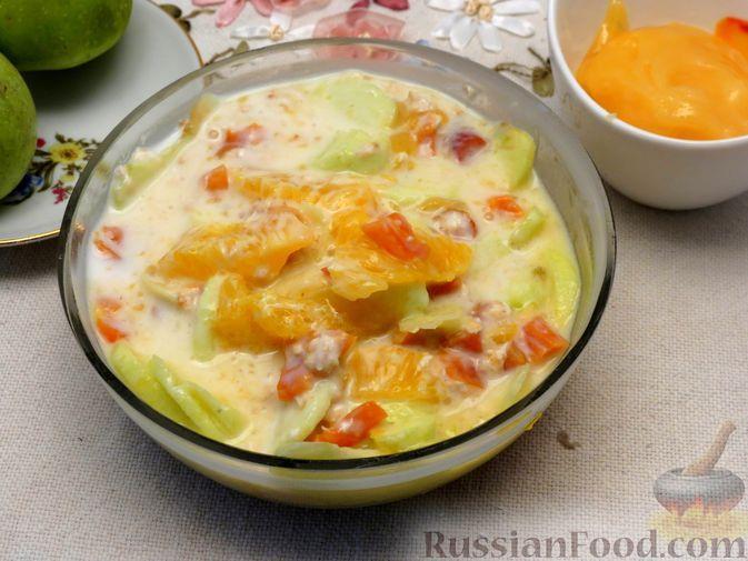Фото к рецепту: Салат из яблок и апельсина с курагой и овсяными хлопьями