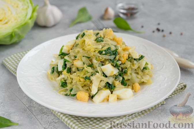 Фото к рецепту: Тушёная молодая капуста со шпинатом и варёными яйцами