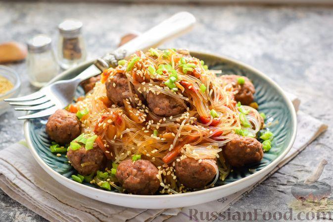 Фото к рецепту: Фунчоза с овощами и мясными фрикадельками