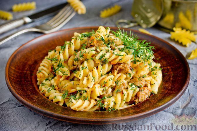Фото к рецепту: Макароны с тушёнкой, помидорами и сыром