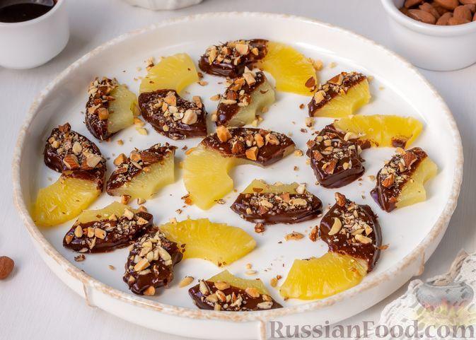 Фото к рецепту: Консервированные ананасы в шоколаде, с орехами