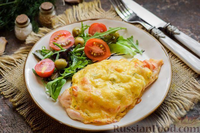 """Фото к рецепту: Куриные отбивные, запечённые под яично-овощной """"шубкой"""" и сыром"""
