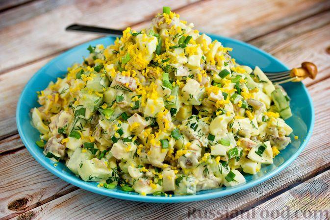 Фото к рецепту: Салат с копченой курицей, маринованными грибами, огурцами и яйцами