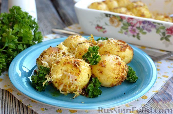 Фото к рецепту: Молодая картошка, запечённая в панировочных сухарях, с сыром