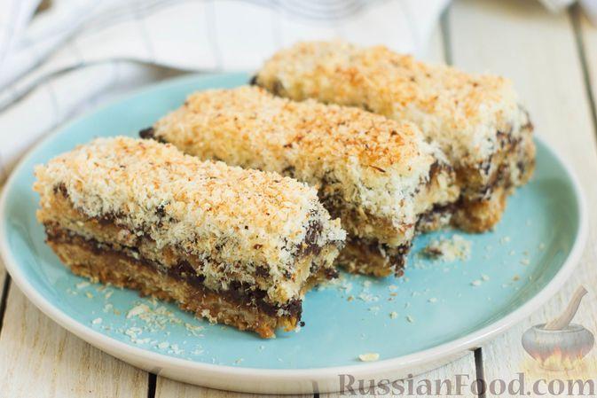 Фото к рецепту: Песочные пирожные с овсяными хлопьями, шоколадом и кокосовой стружкой