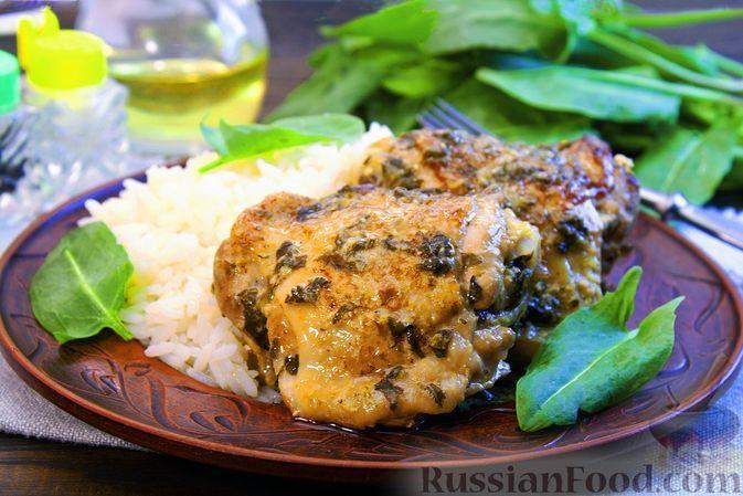 Фото к рецепту: Куриные бёдрышки, тушенные с щавелем в яблочно-сливочном соусе
