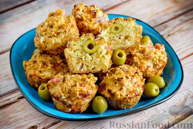 Фото к рецепту: Закусочные творожные маффины с оливками и ветчиной