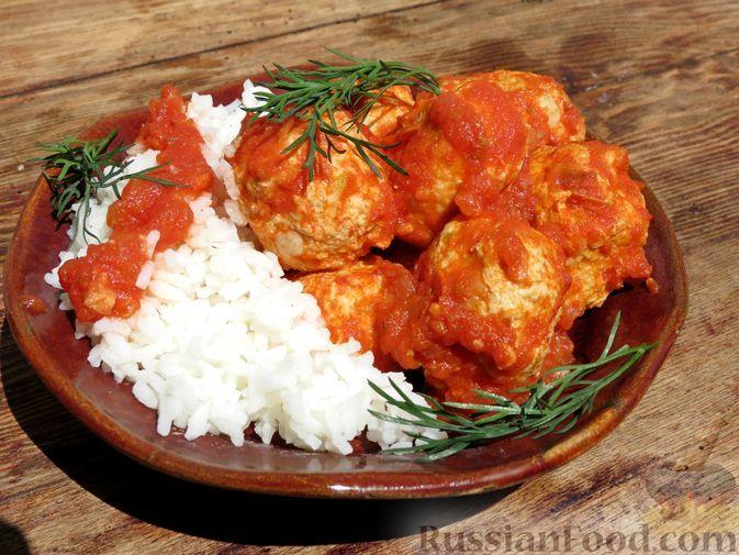 Фото к рецепту: Куриные тефтели с кабачками, тушенные в томатном соусе