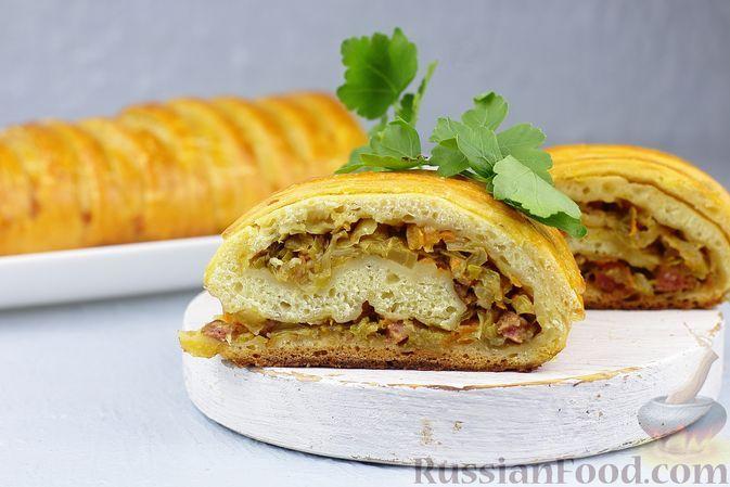 Фото к рецепту: Рулет с капустой и копчёной колбасой, из бездрожжевого теста на кефире
