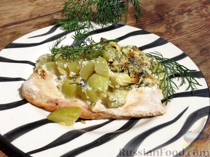 Фото к рецепту: Филе индейки, запечённое с кабачками и сметанно-яблочным соусом