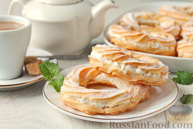 Фото к рецепту: Пирожные-кольца из заварного теста со сливочно-творожным кремом и цедрой лимона