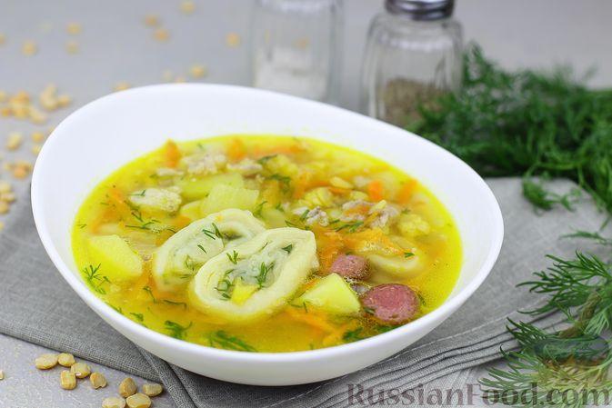 Фото к рецепту: Гороховый суп на свиных рёбрышках с чесночными рулетиками и копчеными колбасками