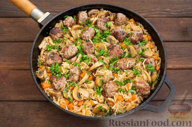 Фото к рецепту: Рис с грибами и тефтелями (на сковороде)