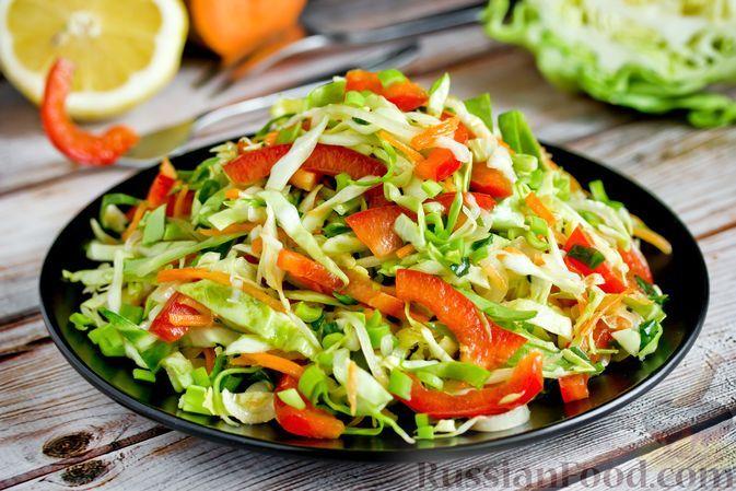 Фото к рецепту: Салат из молодой капусты, болгарского перца и моркови