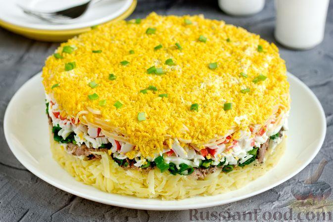 Фото к рецепту: Слоёный салат с картофелем, тунцом, крабовыми палочками, сыром и яйцами