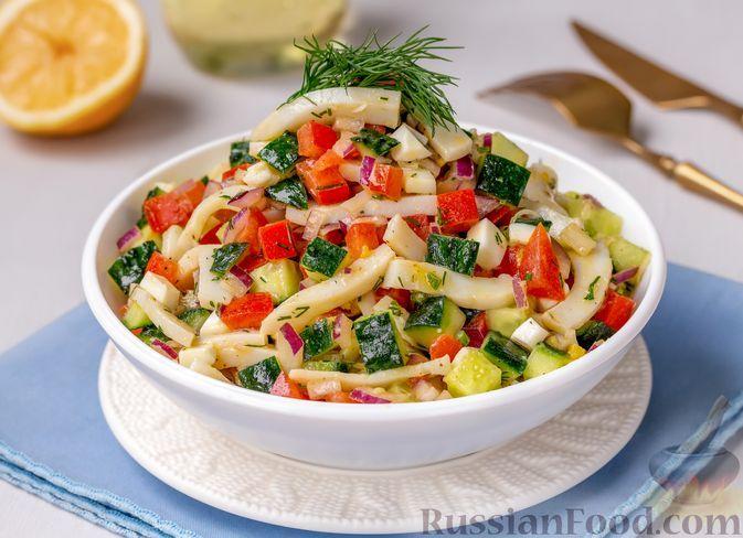 Фото к рецепту: Салат с кальмарами, огурцами, помидорами и яйцами