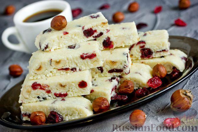 Фото к рецепту: Батончики из белого шоколада со сгущёнкой, кокосовой стружкой, клюквой и орехами