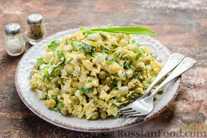 Фото к рецепту: Салат с черемшой, зелёным горошком, сыром и яйцами
