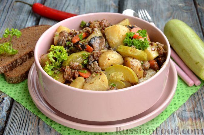 Фото к рецепту: Молодая картошка, тушенная с кабачками, грибами и фаршем