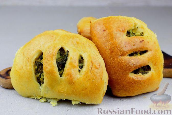 Фото к рецепту: Дрожжевые пирожки с молодой капустой и зеленью (в духовке)