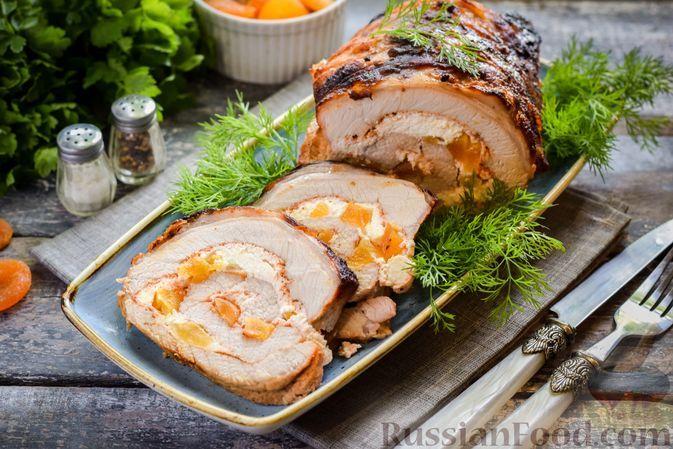 Фото к рецепту: Рулет из свинины с творогом и курагой