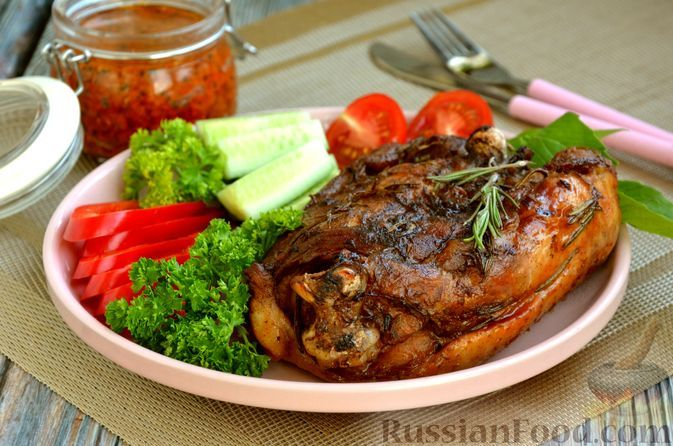 Фото к рецепту: Бедро индейки, запечённое в пряном маринаде (в фольге)