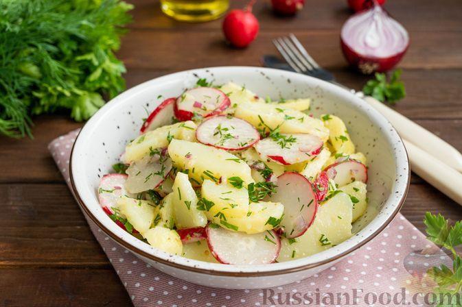 Фото к рецепту: Салат из молодого картофеля, редиса и зелени
