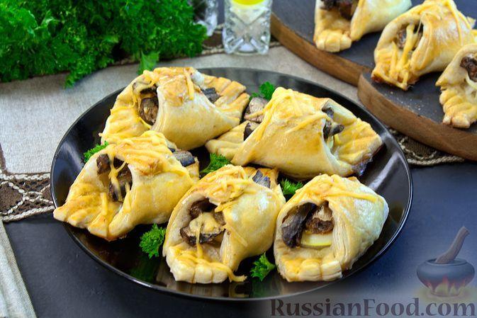 Фото к рецепту: Закусочные слойки со шпротами, луком и яйцом