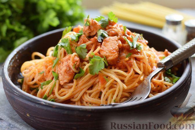 Фото к рецепту: Спагетти с куриным филе, в томатном соусе