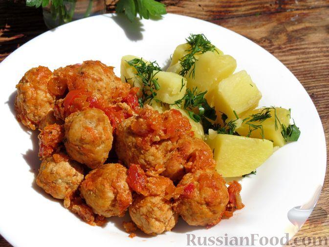 Фото к рецепту: Тефтели, тушенные с овощами и молочно-томатным соусом