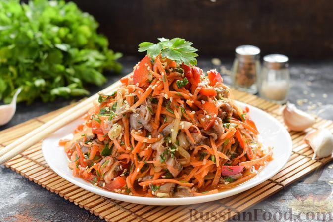Фото к рецепту: Салат с вешенками, болгарским перцем, морковью и луком, по-корейски