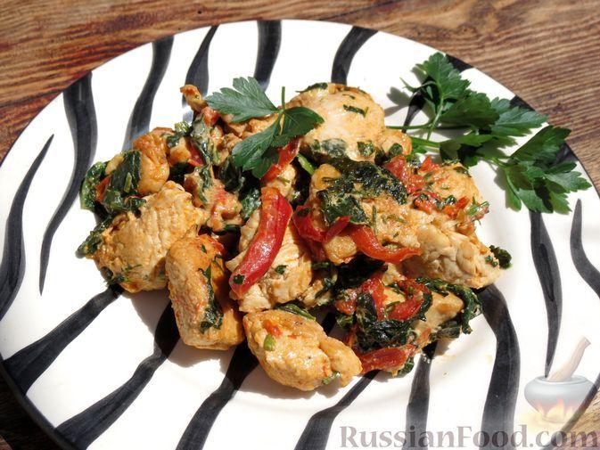 Фото к рецепту: Индейка, тушенная с болгарским перцем и шпинатом, в сливках