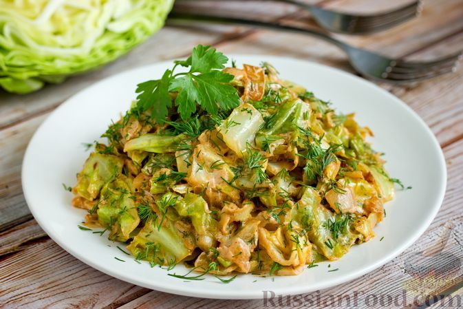 Фото к рецепту: Молодая капуста, жаренная со сметаной, луком и чесноком
