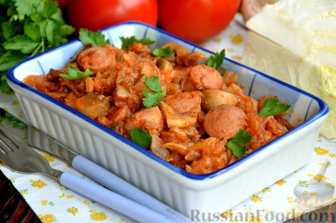Фото к рецепту: Молодая капуста, тушенная с грибами и сосисками