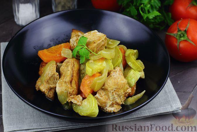 Фото к рецепту: Индейка, запечённая с кабачками, в рукаве