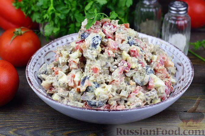 Фото к рецепту: Салат из куриной печени с помидорами, болгарским перцем, маслинами и яйцами