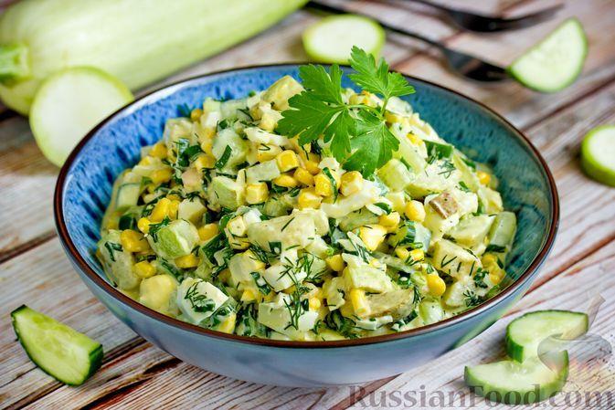 Фото к рецепту: Салат из жареных кабачков, огурцов, кукурузы и яиц
