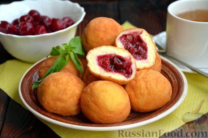 Фото к рецепту: Творожные пончики с вишней