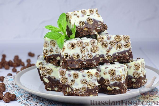 Фото к рецепту: Чёрно-белый шоколадный десерт со сгущёнкой, сухими завтраками и фундуком