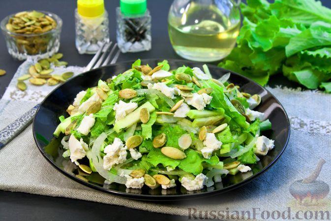 Фото к рецепту: Салат с маринованными кабачками, сыром фета и тыквенными семечками