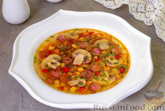 Фото к рецепту: Овощной суп с грибами, кукурузой и копчёными колбасками