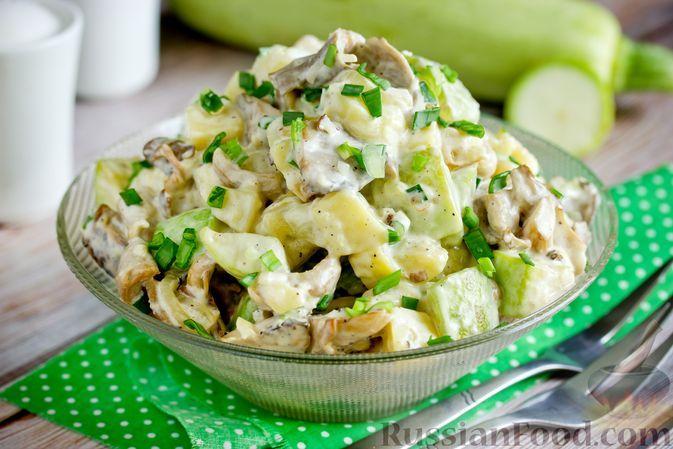 Фото к рецепту: Картофельный салат с жареными вешенками и кабачками