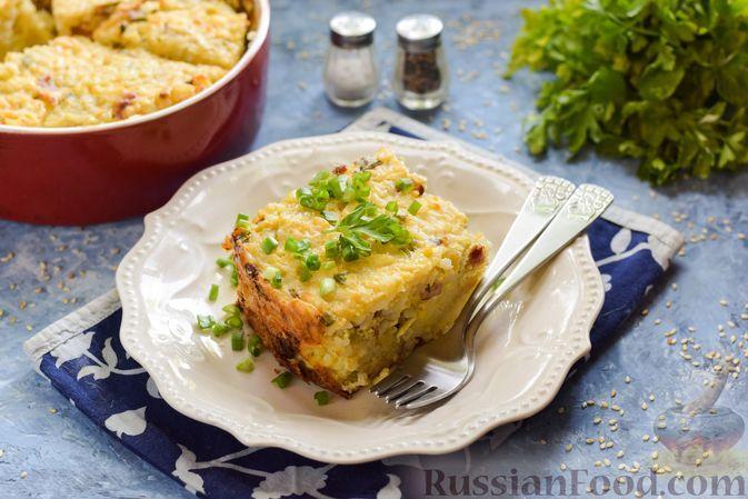 Фото к рецепту: Рисовая запеканка с беконом, яйцами и зелёным луком