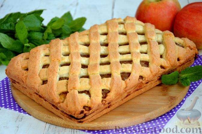 Фото к рецепту: Песочный пирог с яблочным пюре, корицей и цедрой