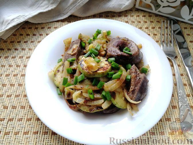 Фото к рецепту: Телячье сердце с кабачками и луком (в духовке)