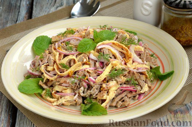Фото к рецепту: Салат из яичных и печёночных блинчиков с маринованным луком