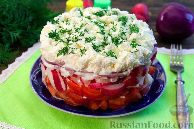 Фото к рецепту: Слоёный салат из помидоров с редисом, луком и творогом